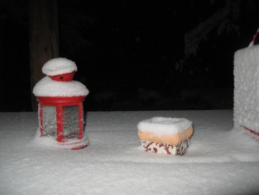 Questo è il tavolo sotto a veranda: il vento ha spinto la neve fin qui