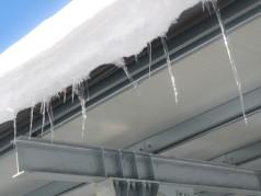 Ghiaccioli e neve pronta a cadere dall'impianto fotovoltaico