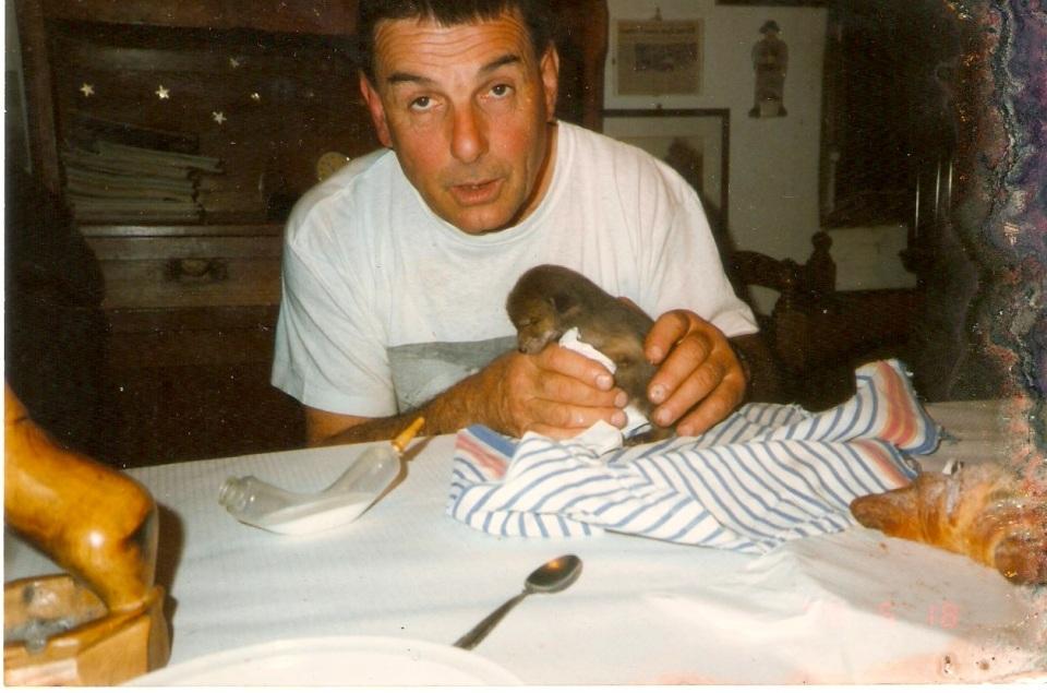 Il cacciatore Valdo allatta la volpina Pina